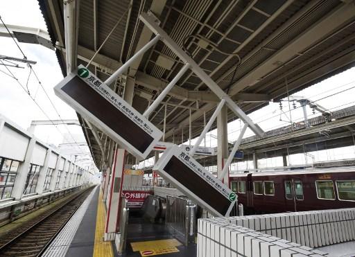 日本大阪北部6月18日上午7時58分發生6.1級地震,很多地方出現建築物部份坍塌和玻璃破損,亦有車站內的顯示牌塌下。(AFP)