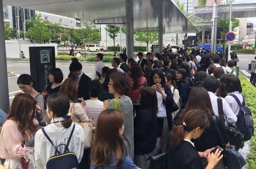 日本大阪北部6月18日上午7時58分發生6.1級地震,部份新幹線停駛,車站內擠滿了上學和上班的人群。(AFP)
