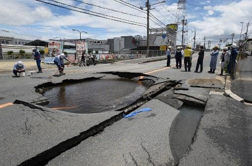 日本大阪北部6月18日上午7時58分發生6.1級地震。圖為地震導致有水管爆裂,出現漏水等災情。(AFP)