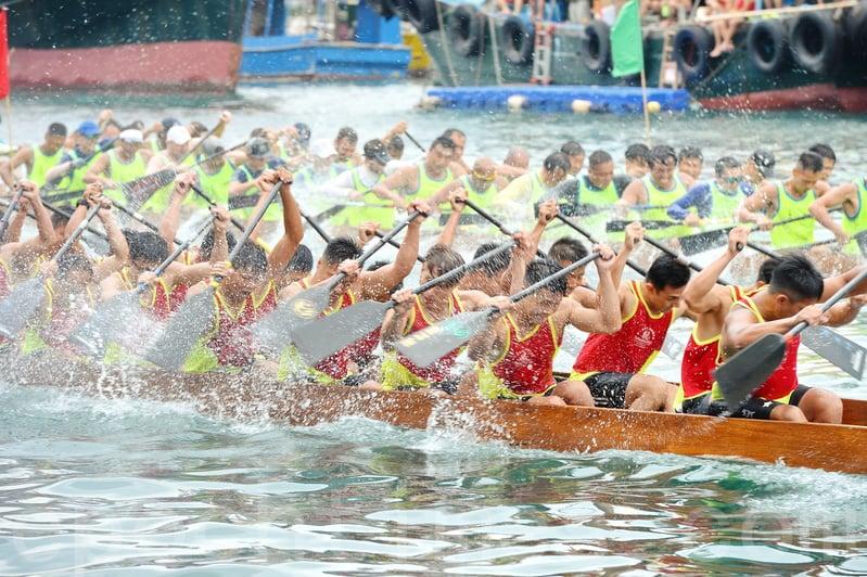 香港仔昨日舉辦33場賽事龍舟競賽,吸引大量市民觀賞,大會又設有多個攤位,供市民免費參加。(宋碧龍/大紀元)