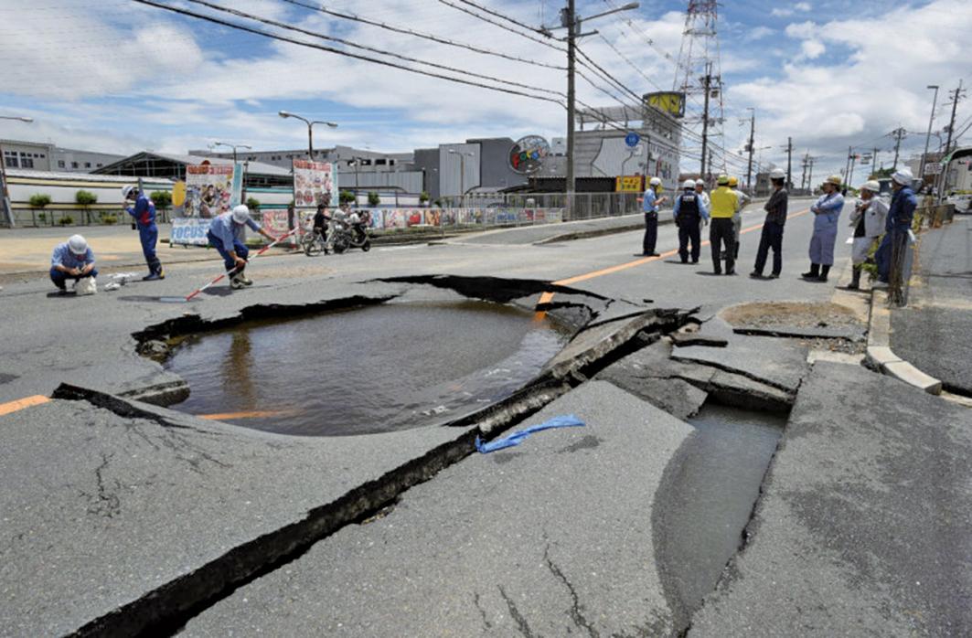 日本大阪北部6月18日上午7時58分發生規模6.1地震。圖為地震導致有水管爆裂,出現漏水等災情。(AFP)