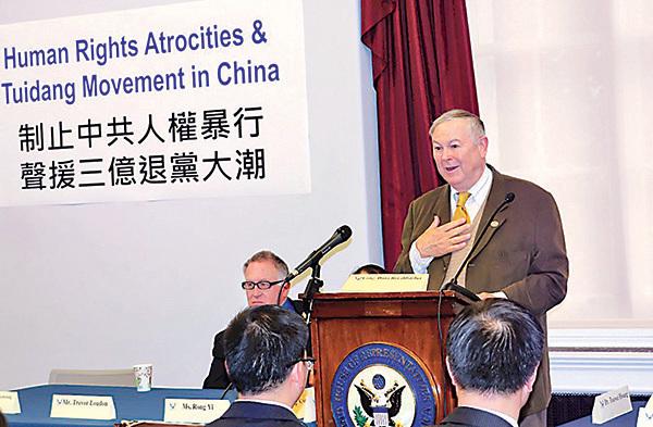 今年5月9日,在美國國會舉辦的「聲援三億中國人三退」研討會上,羅拉巴克讚賞協助中國民眾退黨的義工和三退(退出中共黨團隊組織)民眾的勇氣。(明慧網圖片)