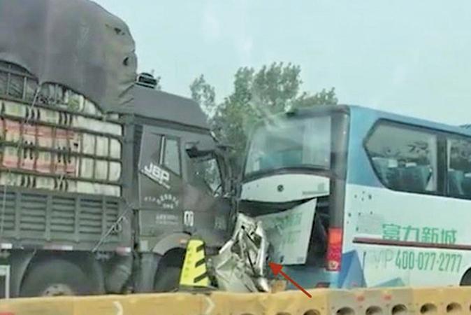 昨天上午,中國京哈高速發生四車追尾嚴重交通事故,一輛小汽車被夾在中間擠扁,共造成3人死亡。(微博圖片)