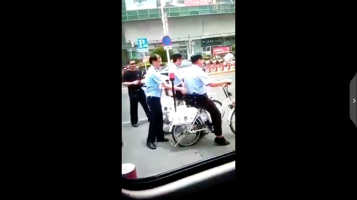 近日一段有關中共警方的擺拍片段,引髮網民熱議。(視像擷圖)