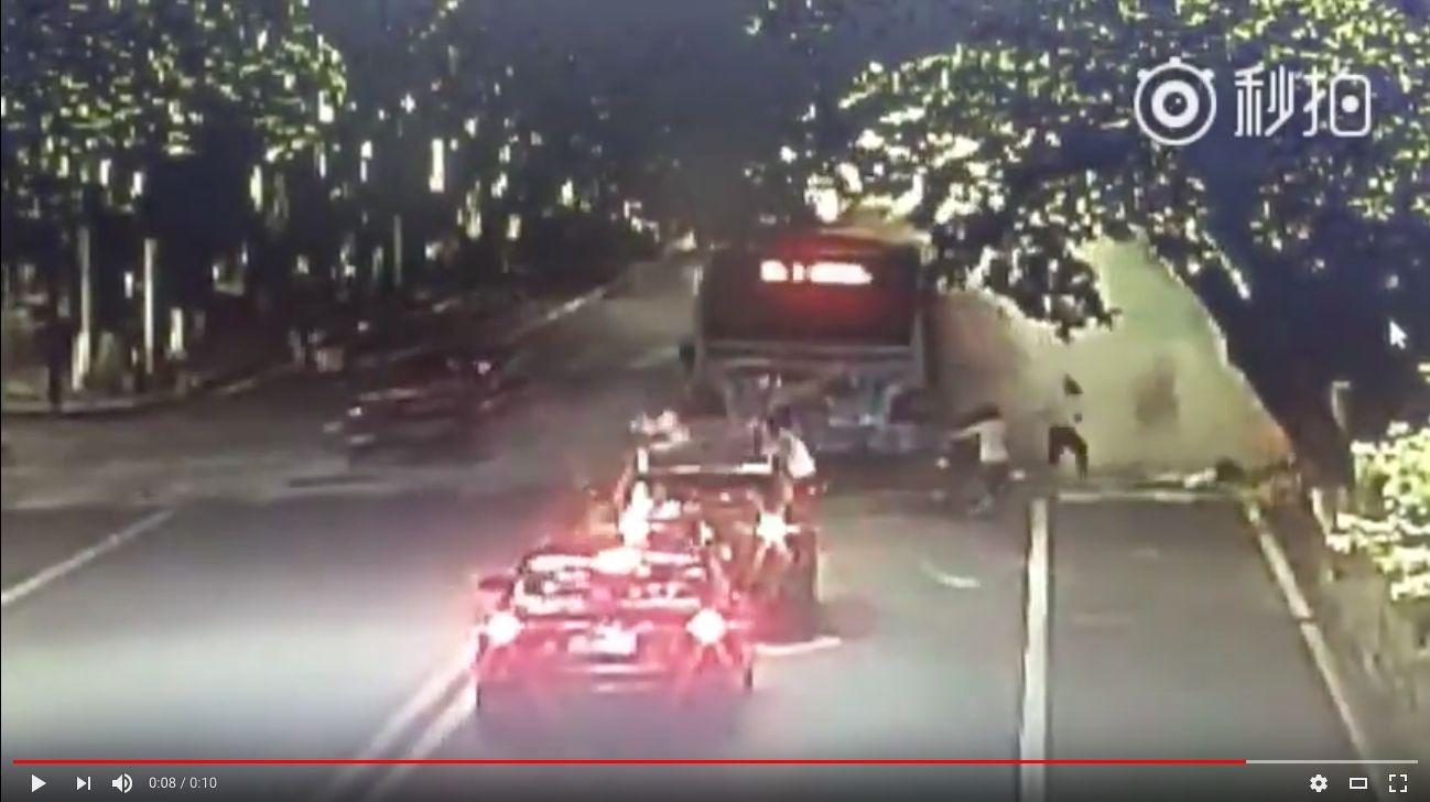 樂山市一輛2路公交車因不明原因發生爆炸。(視像擷圖)
