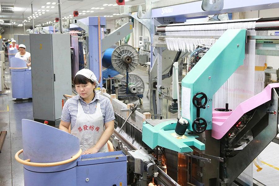 特朗普上周五(6月15日)向中共打響了貿易戰,宣佈對大約500億美元中國商品徵收25%的關稅。但是他也豁免了一些中國商品,將它們從原始名單中剔除。(AFP/Getty Images)