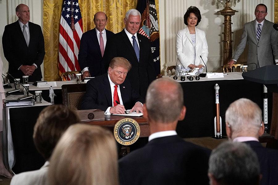 特朗普總統還希望通過讓美國返回月球,並很快抵達火星等舉措,以恢復美國空前的太空計劃。(Alex Wong/Getty Images)