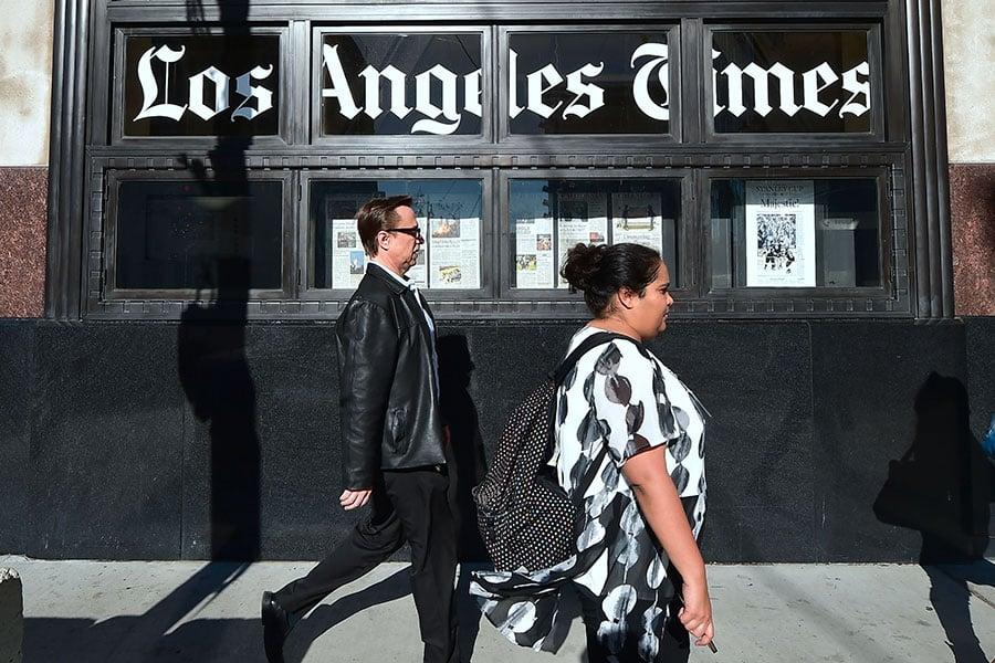 行人經過最近被億萬富豪黃馨祥收購的《洛杉磯時報》辦公樓。(FREDERIC J. BROWN/AFP/Getty Images)
