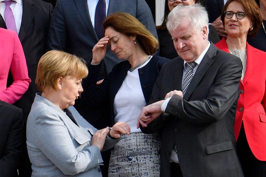 聯盟黨面臨前所未有危機,默克爾有兩周時間尋求歐盟方案。圖為默克爾和西霍夫。(JOHN MACDOUGALL/AFP/Getty Images)