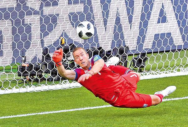 6月16日俄羅斯世界盃足球賽D組小組賽,南美種子球隊阿根廷竟被「雜牌軍」冰島逼和。圖為擋下「球王」美斯的冰島隊門將荷杜臣。(Getty Images)