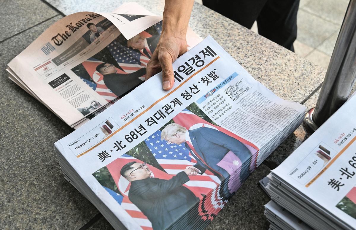 風雲變幻,誰是贏家?圖為南韓一送報工在整理關於特金會的報紙。( JUNG YEON-JE/AFP/Getty Images)