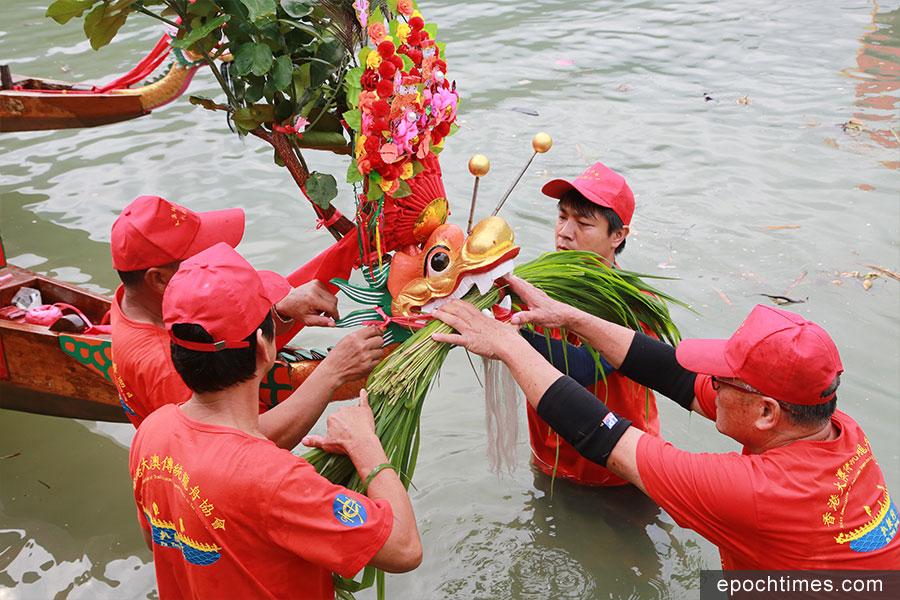 龍舟遊涌前,在楊侯古廟進行採青儀式。(陳仲明/大紀元)