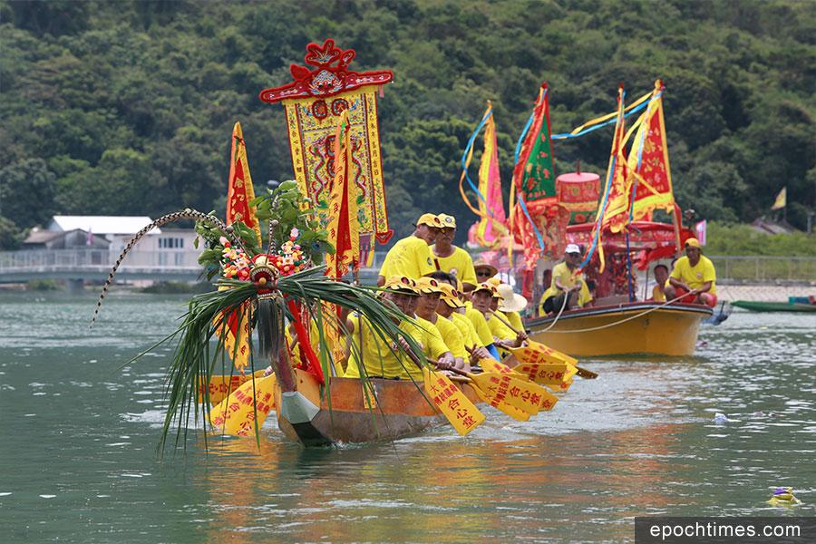 龍舟拖著載有菩薩神像的神艇巡遊各水道。(陳仲明/大紀元)