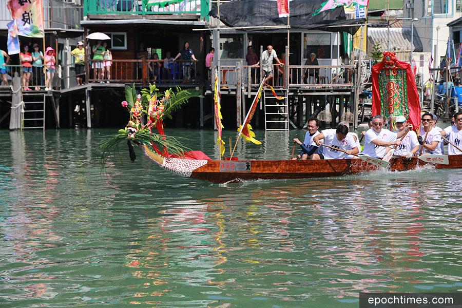 龍舟在水道上巡遊。(陳仲明/大紀元)