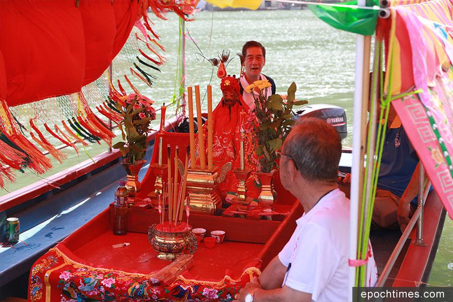 神艇用來接載神像到行會的「龍躉」暫時安放祭祀。(陳仲明/大紀元)