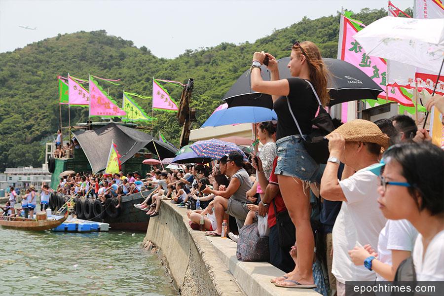 大澳端午龍舟遊涌和大澳區龍舟競技吸引大批遊客參觀。(陳仲明/大紀元)