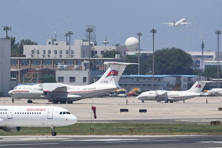 6月20日,北韓高麗航空一架伊留申-76運輸機和一架安-148客機,分別停泊在北京首都國際機場的特別嘉賓停機坪上。(GREG BAKER/AFP/Getty Images)