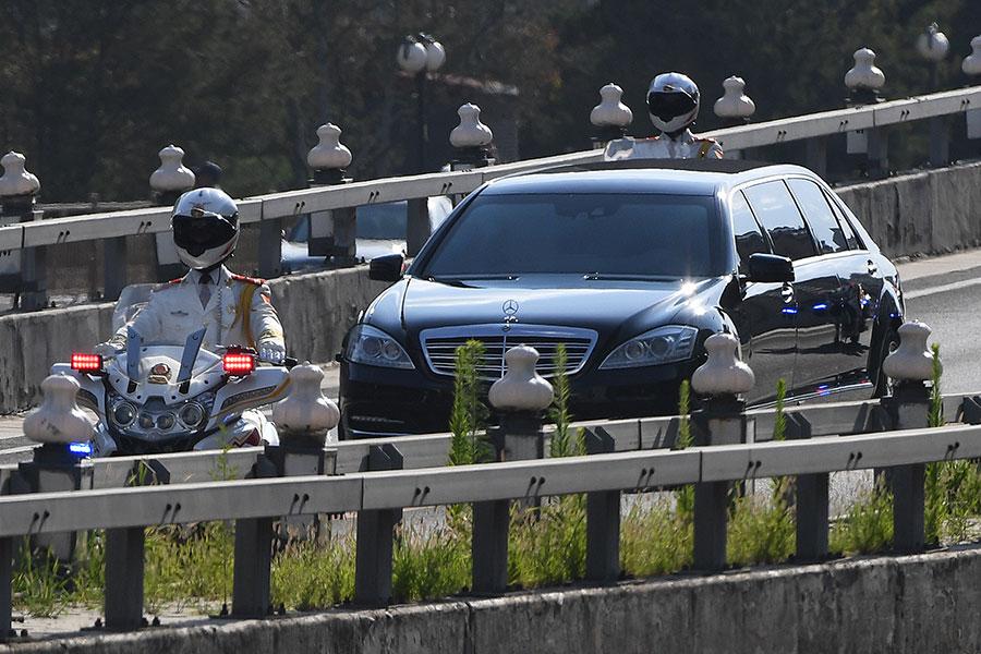 6月19日,一輛相信載著北韓領導人金正恩的房車,在警方出路上駛經北京市區。(GREG BAKER/AFP/Getty Images)