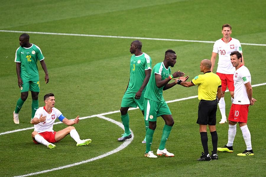 波蘭鋒霸利雲度夫斯基被徹底隔絕,拿球就會被侵犯。(Laurence Griffiths/Getty Images)
