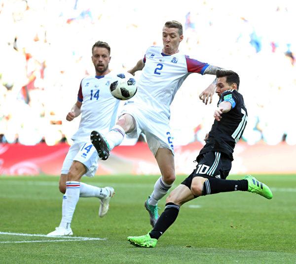 2018年6月16日,冰島隊球員憑藉身材優勢,多次用身體碰撞犯規來延緩阿根廷人的快速進攻。(Gabriel Rossi/Getty Images)