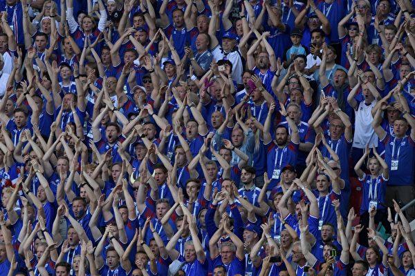 2018年6月16日俄羅斯世界盃足球賽D組小組賽,阿根廷和冰島對陣,冰島十分之一的人口趕來助戰,被稱為「維京戰吼」。(AFP PHOTO/Juan Mabromata)