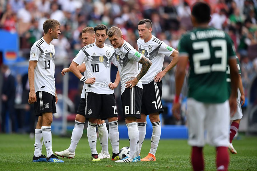 圖為在6月17日的比賽中,德國國家隊隊員們凸顯士氣不振的狀態。(Hector Vivas/Getty Images)