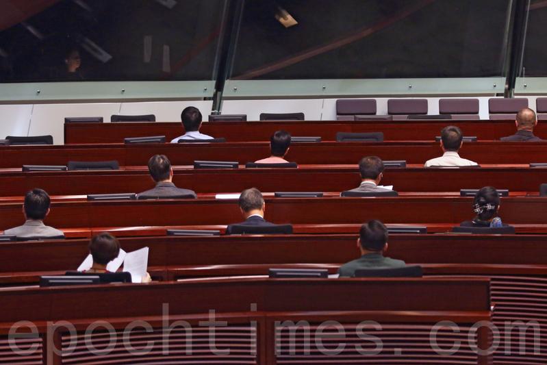 昨日立法會大會開始時,民主派全部議員背向主席梁君彥坐。(蔡雯文/大紀元)