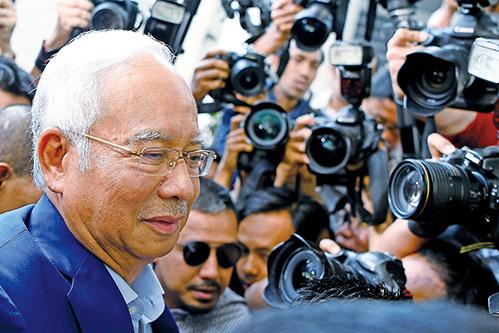 馬來西亞政府正考慮以貪污、盜用公款、賄賂等多項罪名起訴前首相納吉。(AFP)