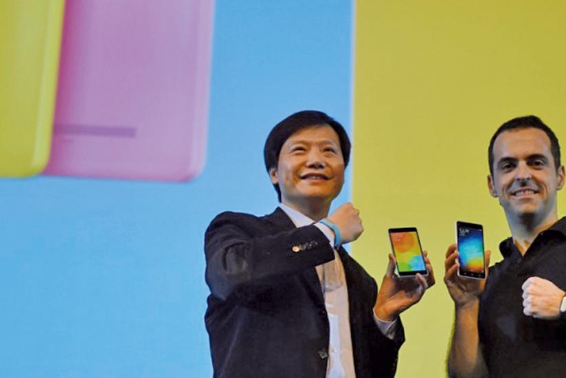 圖為小米董事長雷軍(左)和小米科技國際部副總裁雨果。(AFP)