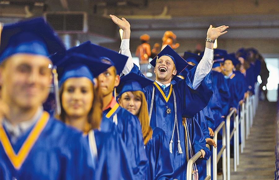美國高中畢業季來臨 300多萬學生各奔前程