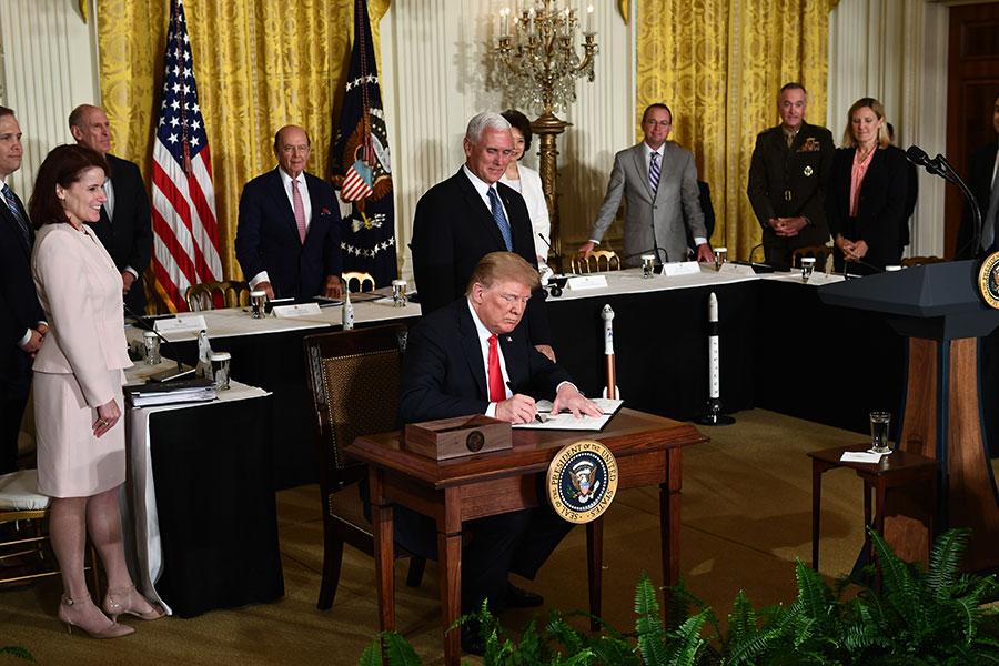 6月18日,美國總統特朗普宣佈再次對2,000億美元中國商品加征關稅,令中共陷入更加困難的境地。(AFP PHOTO / Brendan Smialowski)