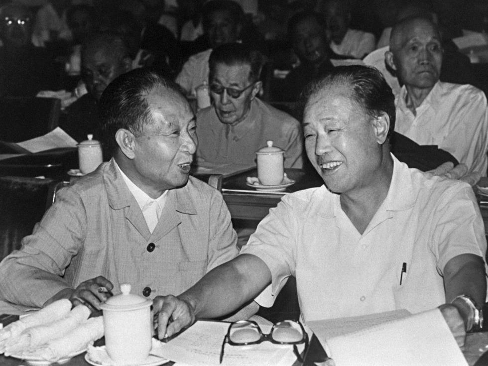 鮑彤披露,他親眼看到胡耀邦在1989年出席政治局會議時,突發心臟病,江澤民猶豫再三才拿出急救藥。(網絡圖片)