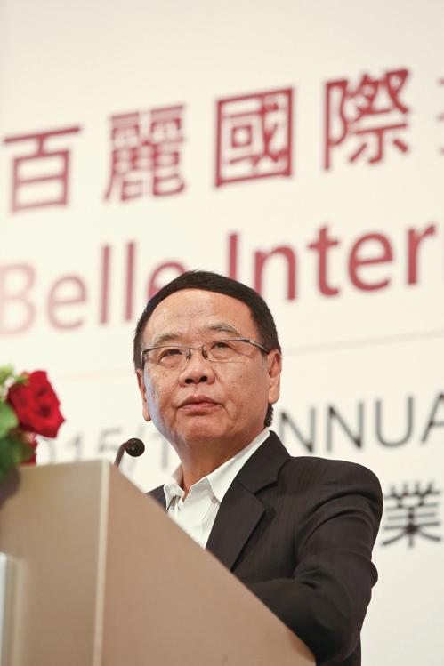 百麗首席執行官盛百椒表示,消費者購物習慣趨向成熟,集團正考慮轉型。(余鋼/大紀元)