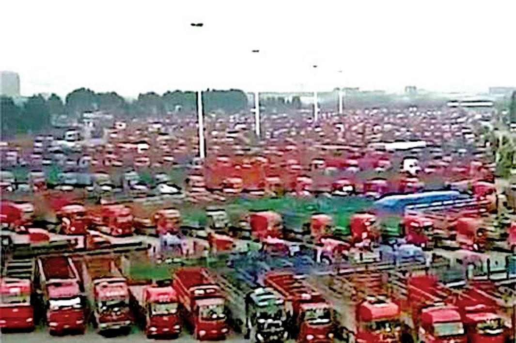 大陸多個省份數萬貨卡車司機6月8日起發動罷工。圖為江西卡車司機罷工。(視頻截圖)