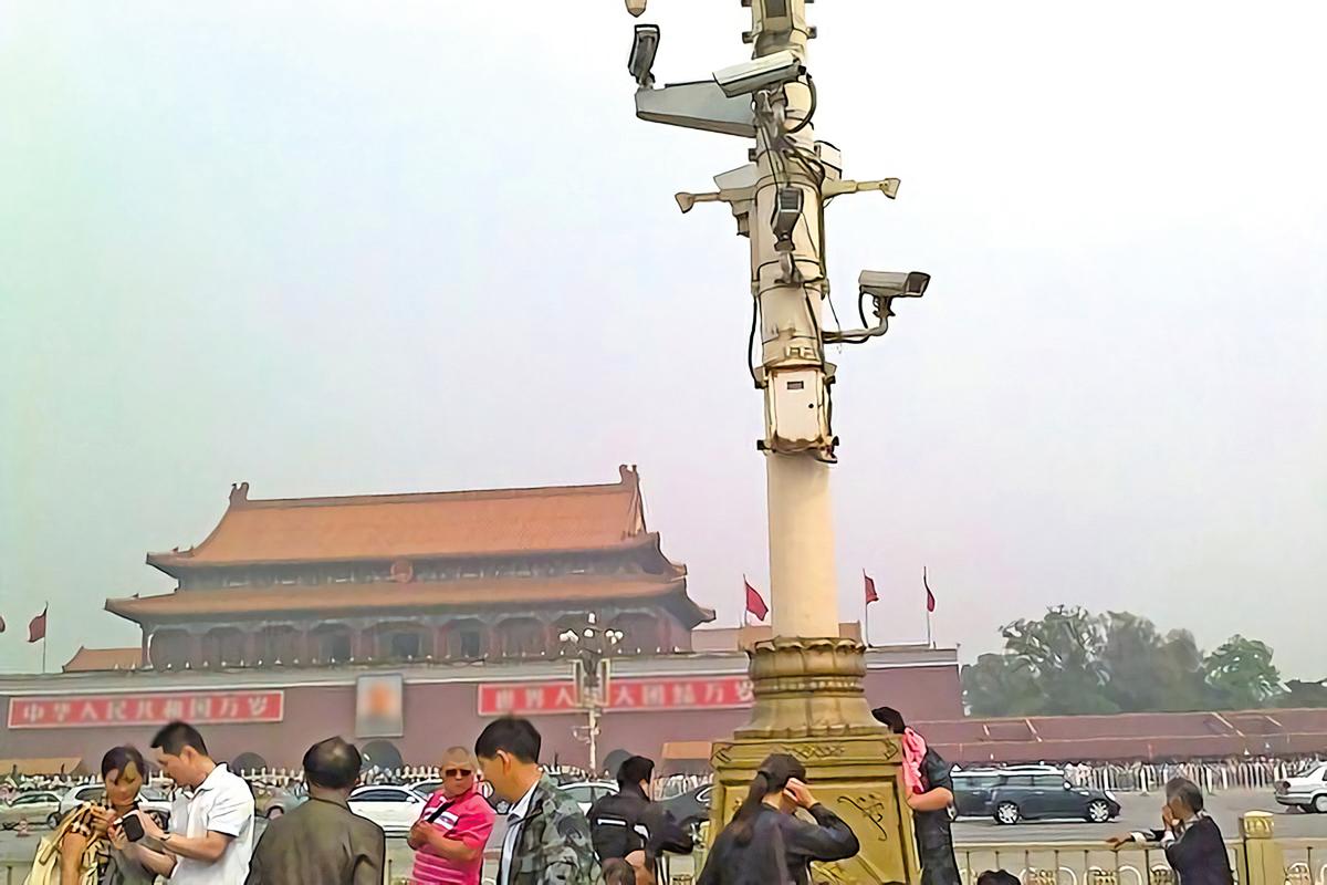 天安門廣場的一根柱子上就裝有六個朝著不同方向的攝像頭。(大紀元資料室)