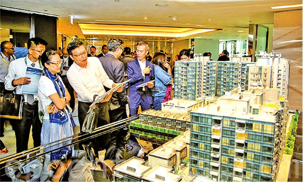 香港精英夫婦工作好不容易儲到首期,但即使在售樓處抽得好籤,也要等大手客掃完貨、較高籌號揀剩,可能只餘一兩伙在負擔能力內的低層細單位供選擇。(大紀元資料圖片)