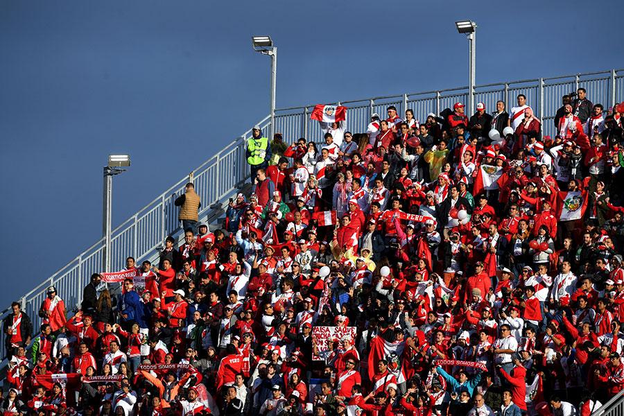 葉卡捷琳堡中央體育場兩側打通的看台高高懸在半空中,這個位置也是比較少見的。(Shaun Botterill/Getty Images)