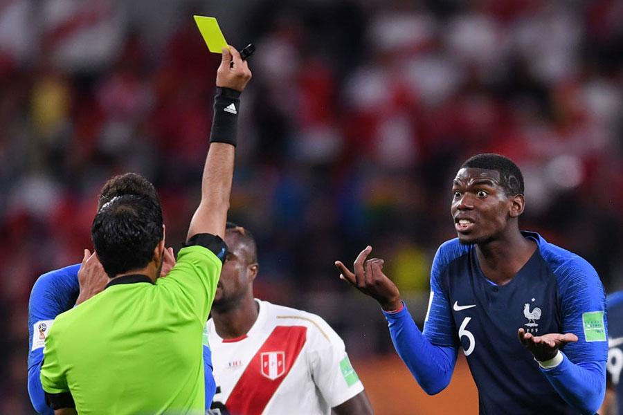 主裁判對博格巴出示黃牌,但是他對自己犯規的事實表示驚訝。(Laurence Griffiths/Getty Images)