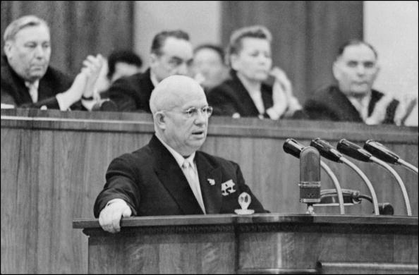 1956年,蘇共總書記赫魯曉夫在蘇共20大上發表了全面否定斯大林的秘密報告。他把當時被蘇聯人當作「英明領袖」的斯大林形容為暴君和殺人犯,引起震驚。圖為赫魯曉夫1959年2月1日在蘇共代表大會上發言的檔案圖片。(AFP/Getty Images)