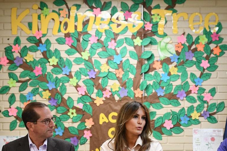 美國第一夫人梅拉妮婭星期四(6月21日)訪問了德克薩斯州的一個非法入境美國的兒童收容所,與員工舉行了圓桌會議。(AFP PHOTO/MANDEL NGAN)