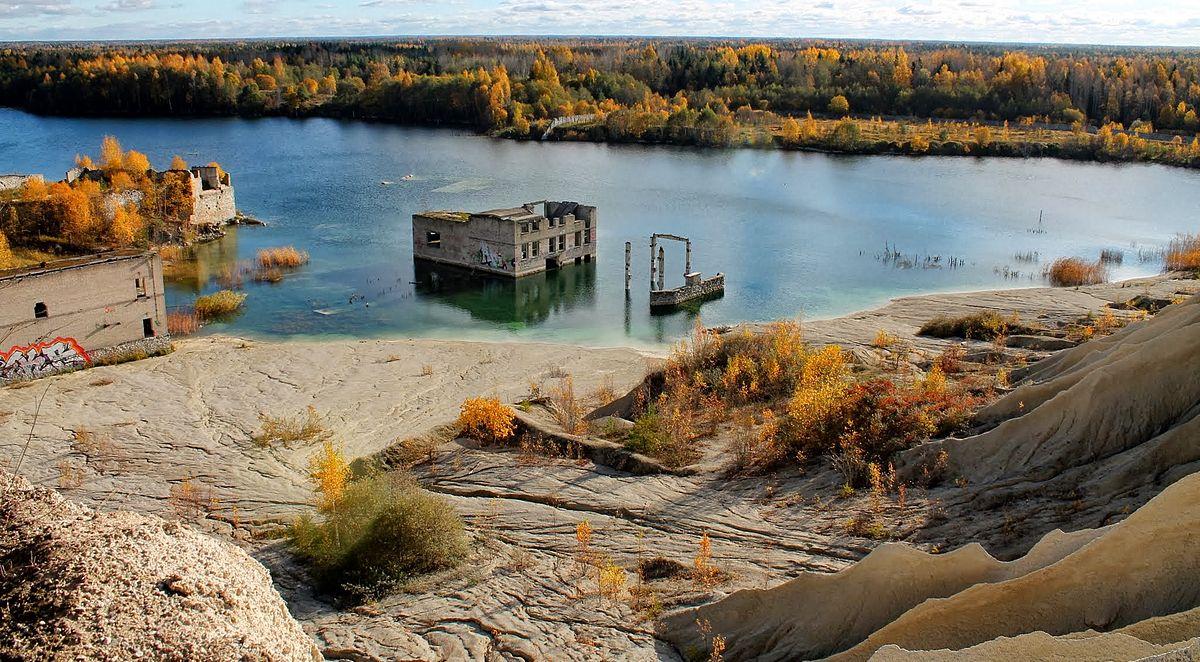 位於愛沙尼亞首都塔林以西45公里處的Rummu鎮,有一座水下監獄。也有未沉沒的部份建築殘物仍留在水面上。(公有領域圖片)