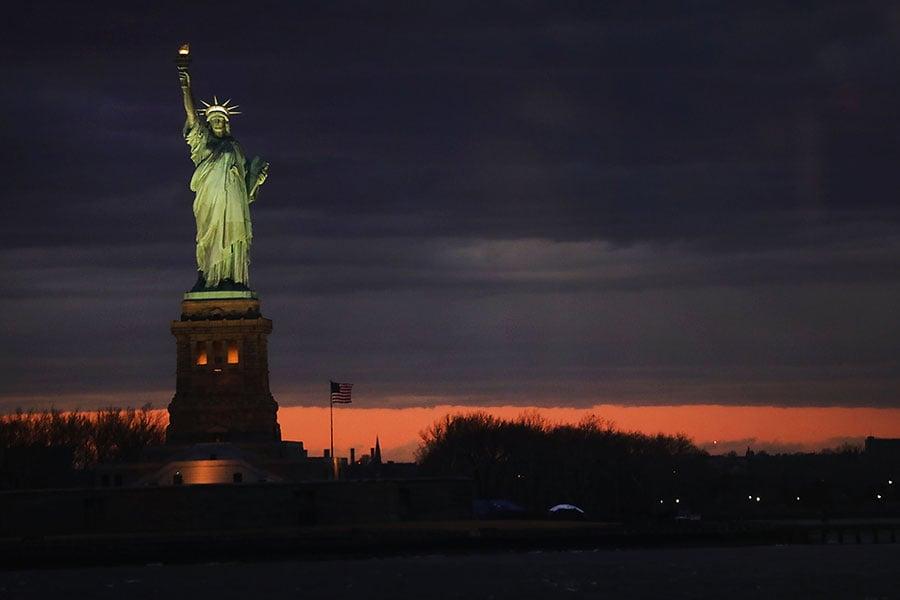 美國智庫哈德遜研究所6月20日就其最新發佈的報告《中國共產黨對外干預活動:美國和其它民主國家該如何應對》舉行研討會,討論中共在西方國家的滲透活動。圖為紐約自由女神像。(Spencer Platt/Getty Images)
