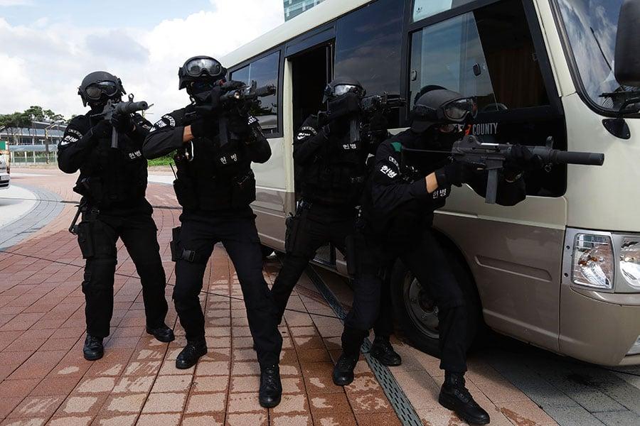 美韓兩國國防部於22日宣佈,為了支持特金會成果,雙方將無限期停止「乙支自由衛士」演習。本圖為2017年8月21日在南韓高陽市舉行的「乙支自由衛士」反恐演習。(Chung Sung-Jun/Getty Images)
