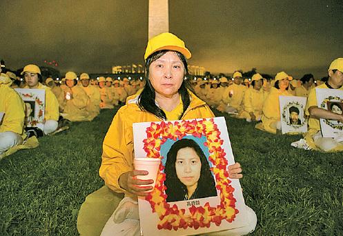 高薇薇在燭光夜悼現場悼念被中共虐殺的妹妹高蓉蓉。(李莎/大紀元)