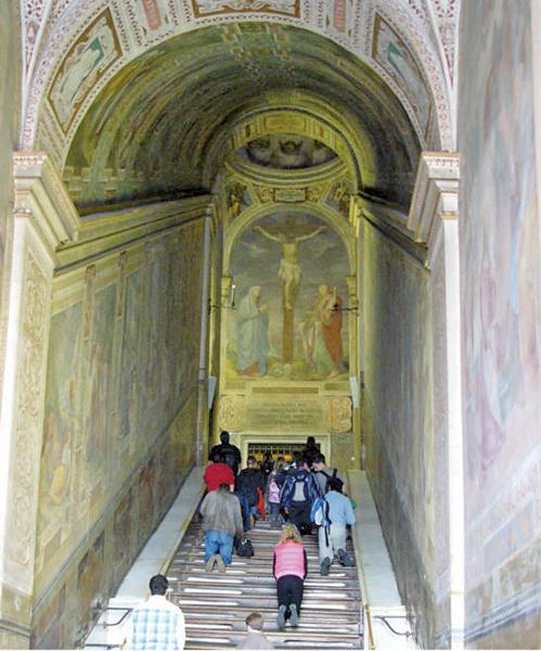 「聖階」由28層白色大理石組成,原為耶路撒冷總督府的台階。據說耶穌曾登上此階梯,入內受審。君士坦丁之母海倫納在西元326年將階梯拆下運回羅馬,現位於拉特朗聖若望大殿(公有領域)。