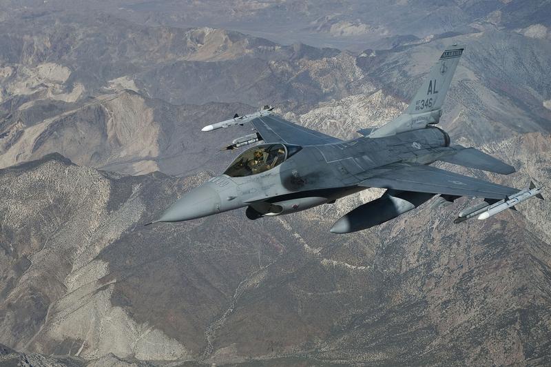 伊拉克軍方周六在一份聲明中表示,F-16戰鬥機瞄準伊拉克邊界附近、敘利亞東部代爾祖爾(Deir Az Zor)省哈金(Hajin)地區的三所房子,當時ISIS高級頭目在那裏開會。圖為F-16資料圖。(U.S. Air Force photo/Staff Sgt. Christopher Hubenthal)