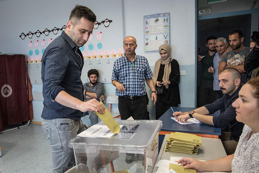 土耳其周日(6月24日)舉行總統和議會大選。共有6位總統候選人參加總統寶位的角逐,8個政黨參加議會選舉。現任總統埃爾多安宣佈獲勝,獲得53%的選票。(Chris McGrath/Getty Images)