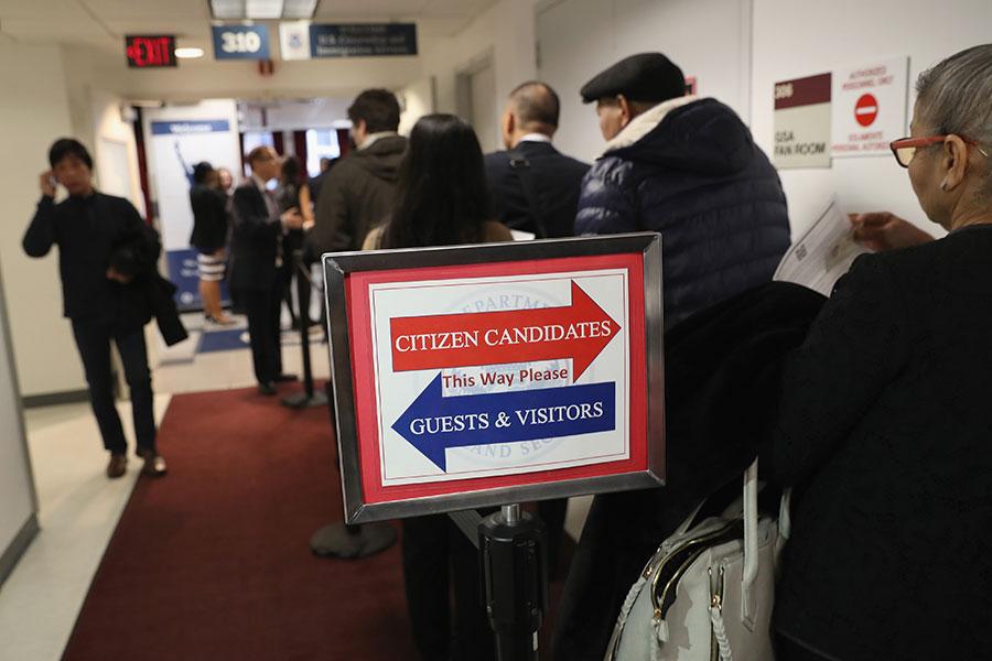 美國聯邦眾議院下周將投票表決移民改革法案,共和黨籍眾議員本周末討論將電子驗證及農業外勞計劃納入法案的可行性,以獲得更多的票數。(John Moore/Getty Images)