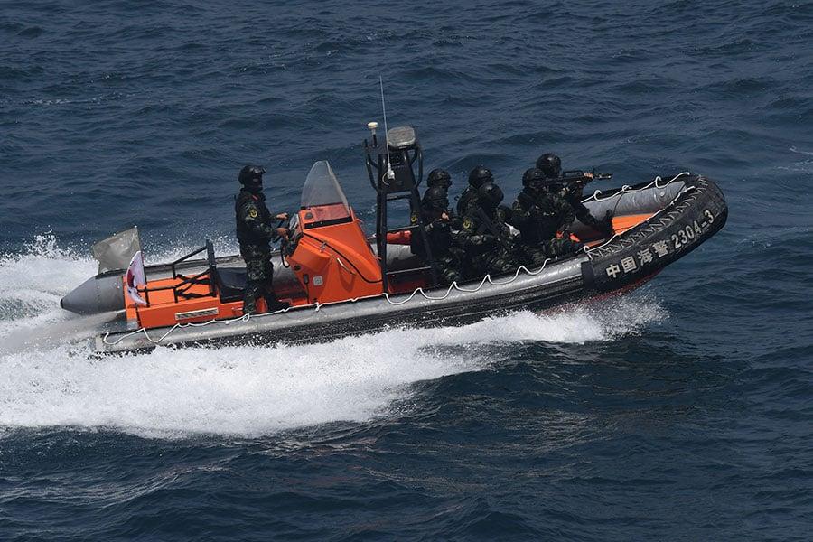 中共全國人大常委會6月22日通過中共海警局相關職權的決定,將早前接受中共公安部「業務指導」的海警部份整體劃歸武警指部隊。(JUNG YEON-JE/AFP/Getty Images)