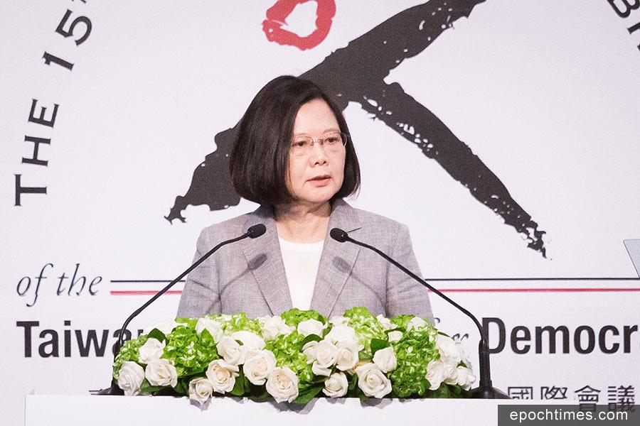 面對來自中共壓縮台灣國際空間的壓力,台灣總統蔡英文6月25日表示,只有理念相同的國家站在一起,才能對抗這些威嚇,台灣在民主路上不會走回頭路。(陳柏州/大紀元)